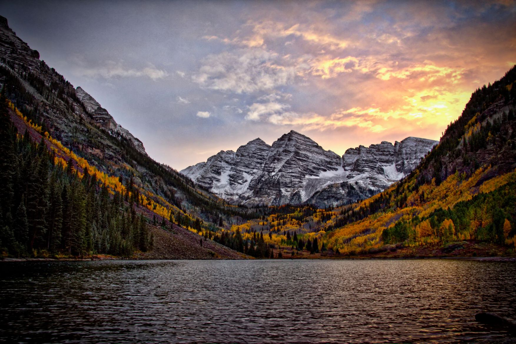 Maroon Bells Mountain and Lake at sunset